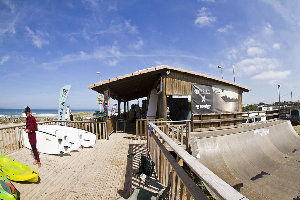 Homies Surf & Skate Shop - Zona rampa y tienda (vista desde escuela)